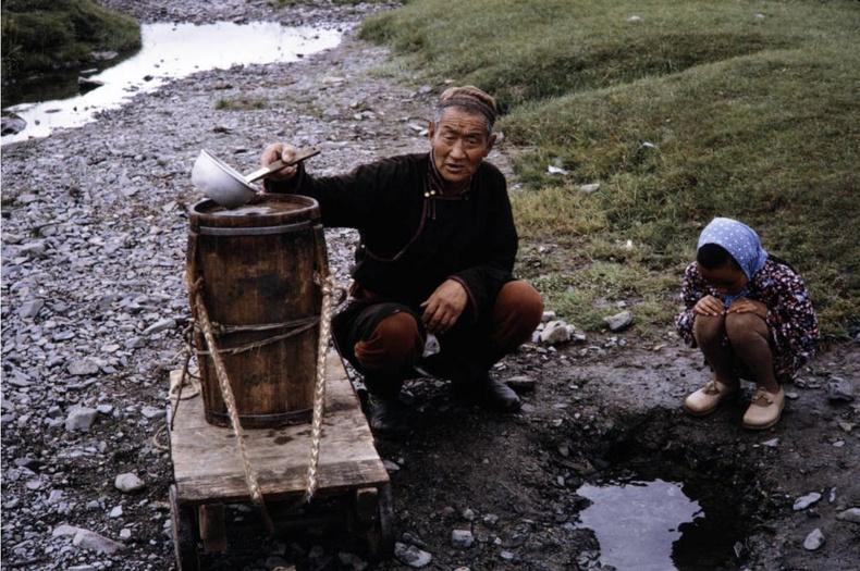 Ус авч буй өвөө, ач охин хоёр, 1964
