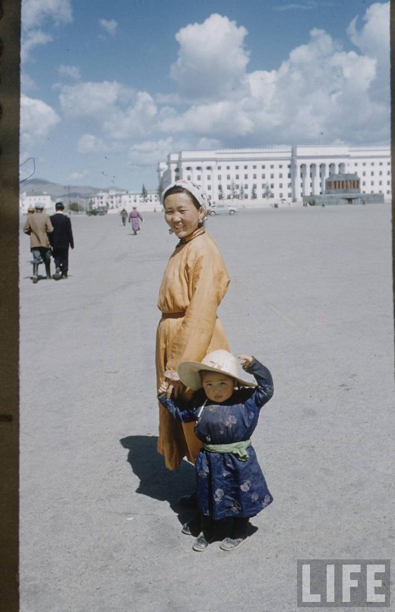 Ээж, охин хоёр Сүхбаатарын талбайд, 1956