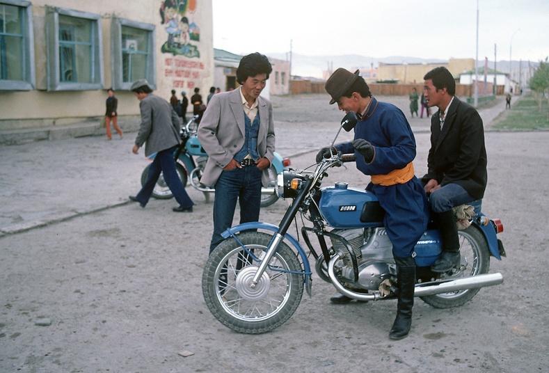 """""""Планета-5"""" мотоциклтэй залуус - Алтай хот, 1980"""