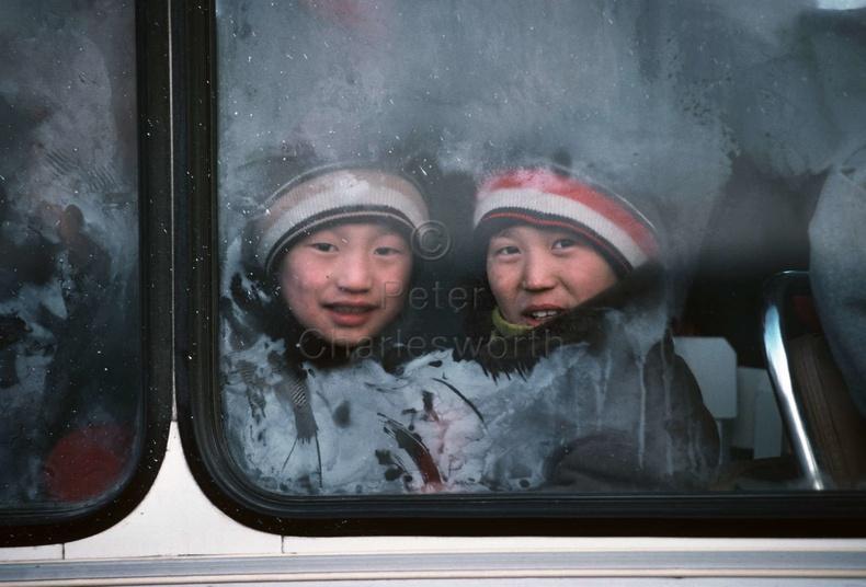 Автобусны цонхоор харах хоёр хүү, 1990 он
