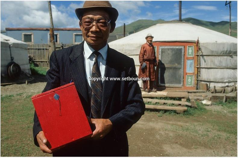 Явуулын хайрцгаар санал авч буй нь, 1990