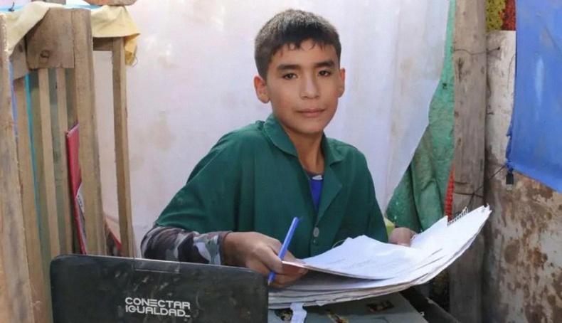 12 настай Леонардо Никанор Квинтерос хэмээх Аргентины хөдөөгийн хүү бага орлоготой айлын хүүхдүүдэд зориулан эмээгийнхээ арын хашаанд сургууль байгуулж, өөрөө хичээл заадаг