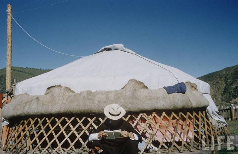 Хаяаг нь шуусан гэрийн өмнө - 1956