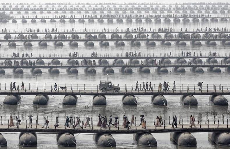 Энэтхэгийн шашны хамгийн том баяр - Кумбх Мелагийн үеэр тавьсан хөвдөг гүүрнүүд