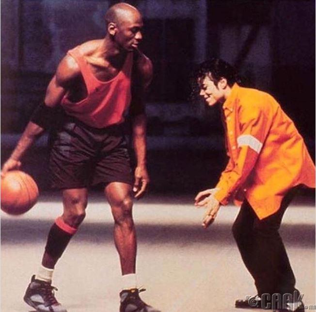 Майкл Жордан Майкл Жексоны эсрэг тоглож байна, 1992 он