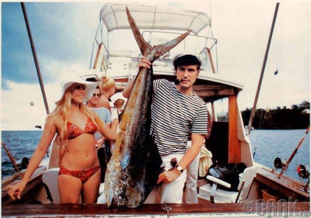 Playboy-ийн үүсгэн байгуулагч Хью Хефнер загасчилж байгаа нь, 1970-аад он