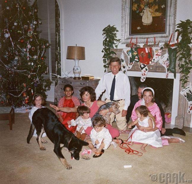 Цагаан ордонд Кеннедигийн гэр бүл Зул сарын баяраа тэмдэглэж байгаа нь, 1962 он