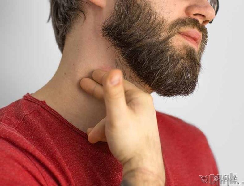 Хүзүүн дээрээ хуруугаараа цохих нь согтууруулах ундаа ууя гэсэн утгатай