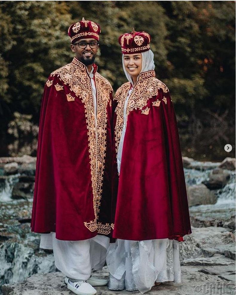Этиопчууд гэрлэхдээ хилэн нөмрөг нөмөрч алтадмал чимэгтэй титэм зүүдэг
