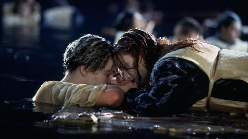 """Жеймс Камерон """"Титаник"""" кинон дээр Рөүз яагаад Жейкд хаалганы тавцан хуваалцаагүйг тайлбарлажээ!"""