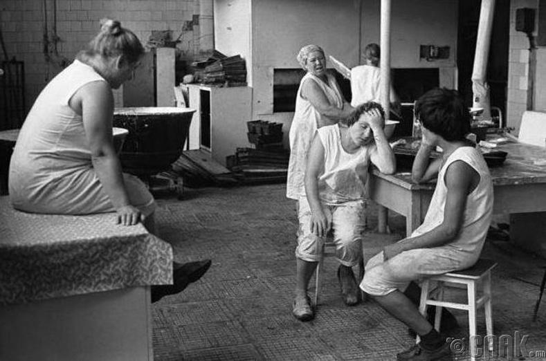 Огундай тосгоны нарийн боовны цехийн ажилчид амар байгаа нь, 1980 он