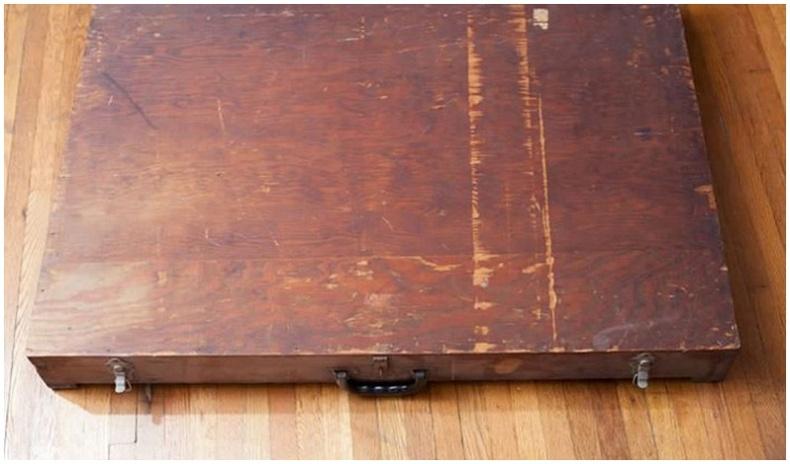 Америк эр хогон дундаас нууцлаг зургаар дүүрэн модон хайрцаг олжээ