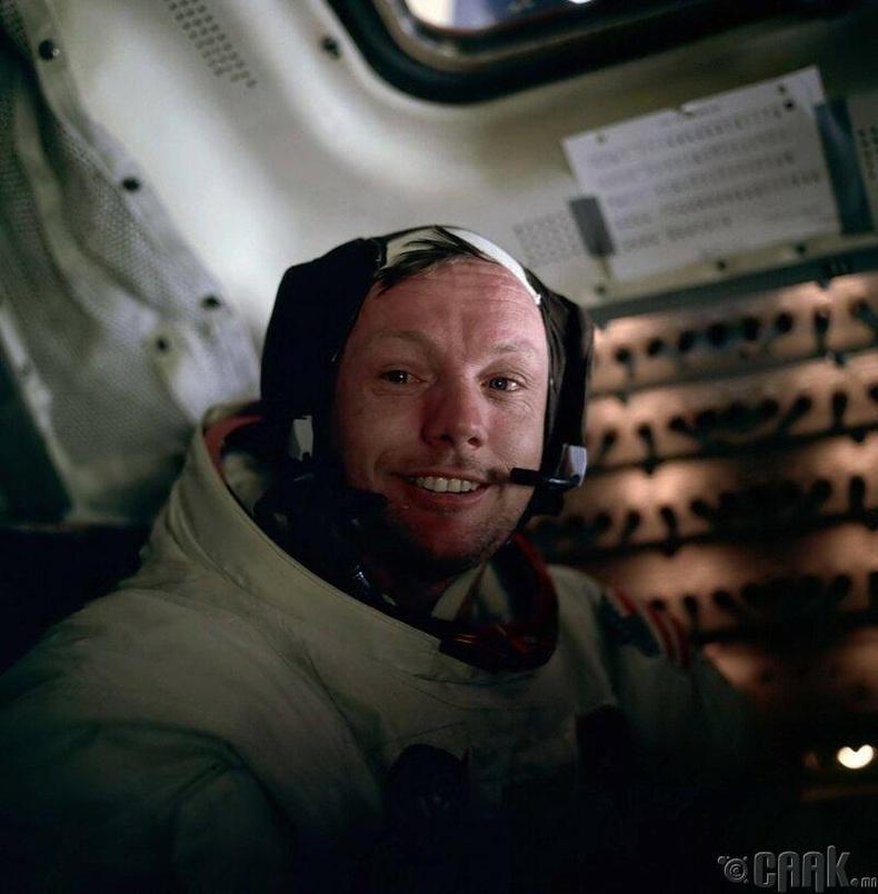 Саран дээр хөл тавьсан анхны хүн-1969 оны 7-р сарын 20-нд Нил Армстронг саран дээр хөл тавьсан анхны хүн болжээ