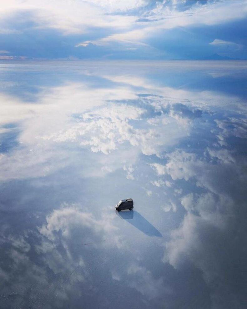 """Дэлхийн хамгийн том байгалийн толь - Боливи улсын """"Салар де Уюни"""" давст тал дээр бороо орсны дараа"""