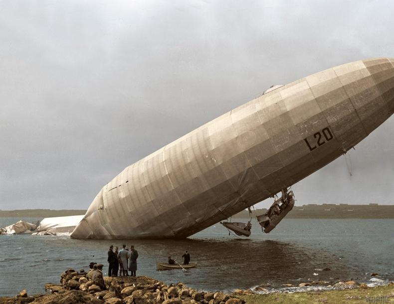 """Германы """"Zeppelin LZ 59"""" агаарын бөмбөлөг Английн нутагт халдлагад өртөн сүйрч байгаа нь,"""
