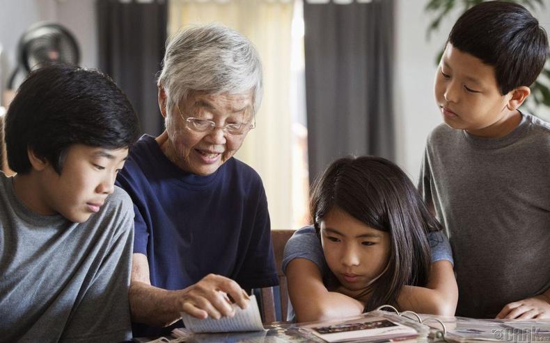 Эмээ өвөөтэйгөө ойр өссөн хүүхдүүд сэтгэл гутралд бага өртдөг