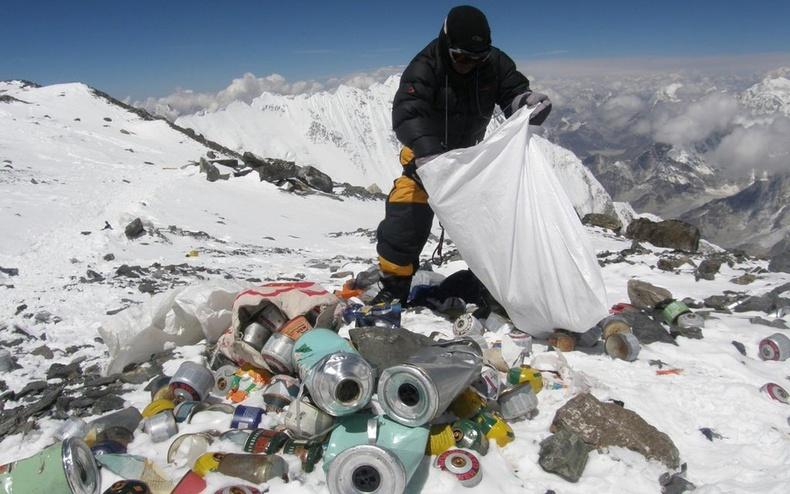 Эверест уулан дээр хогноос гадна 12 тонн орчим хүний ялгадас бий. Непалын хог цэвэрлэгчид багадаа 8 км авирах хэрэгтэй болдог.