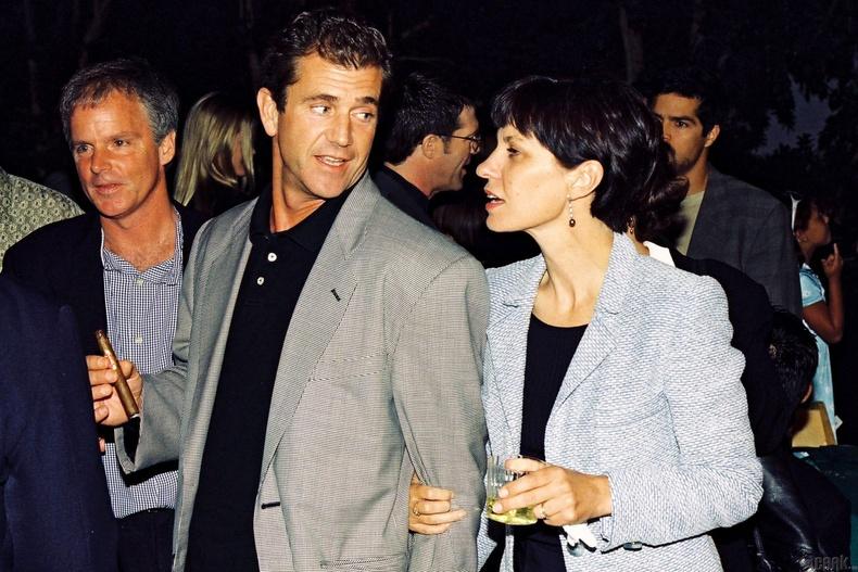Мэл Гибсон, Робин Мүүр (Mel Gibson & Robyn Moore) - 425 сая ам.доллар