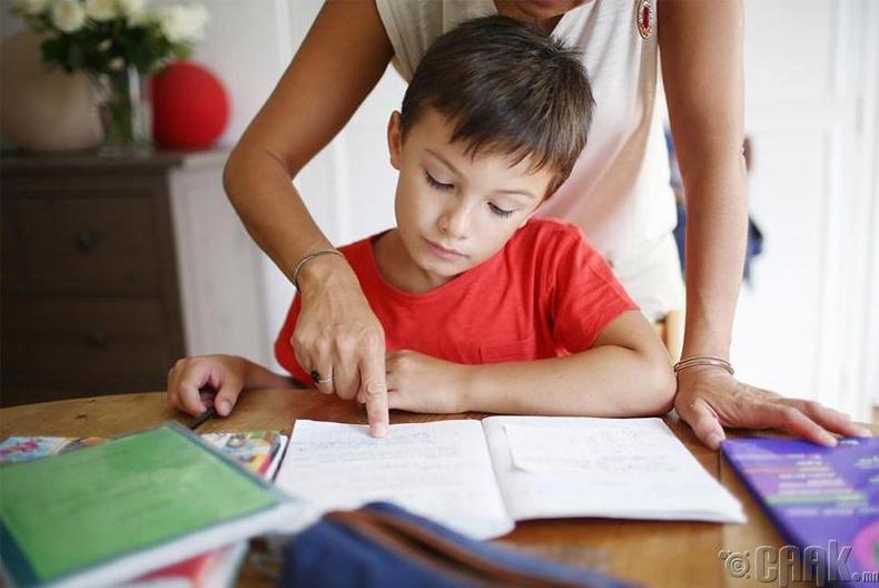 Гэрийн даалгавар хийхэд нь  туслах