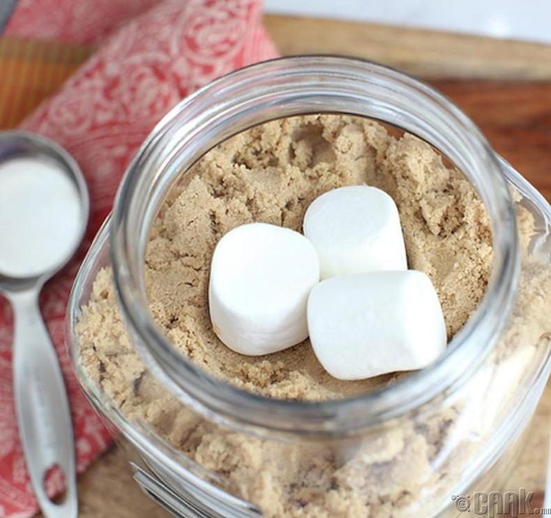 Бор элсэн чихэр дунд маршмэллоу тавьснаар чийглэг чанараа алдахаас сэргийлнэ