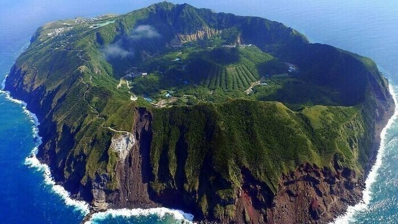 Аогашима бол галт уул доторх жижиг галт уулын дэргэдэх тосгон юм.