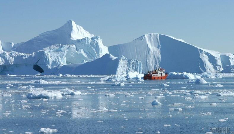 Мөсөн уулын дэргэдүүр жуулчдын завь өнгөрч байна