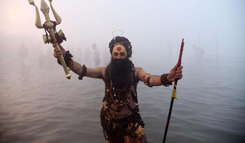 """Ганга мөрний усанд орж """"ариусах"""" хүсэлтэй 700 мянган Энэтхэгчүүдийг цар тахал ч зогсоож чадсангүй (30 фото)"""