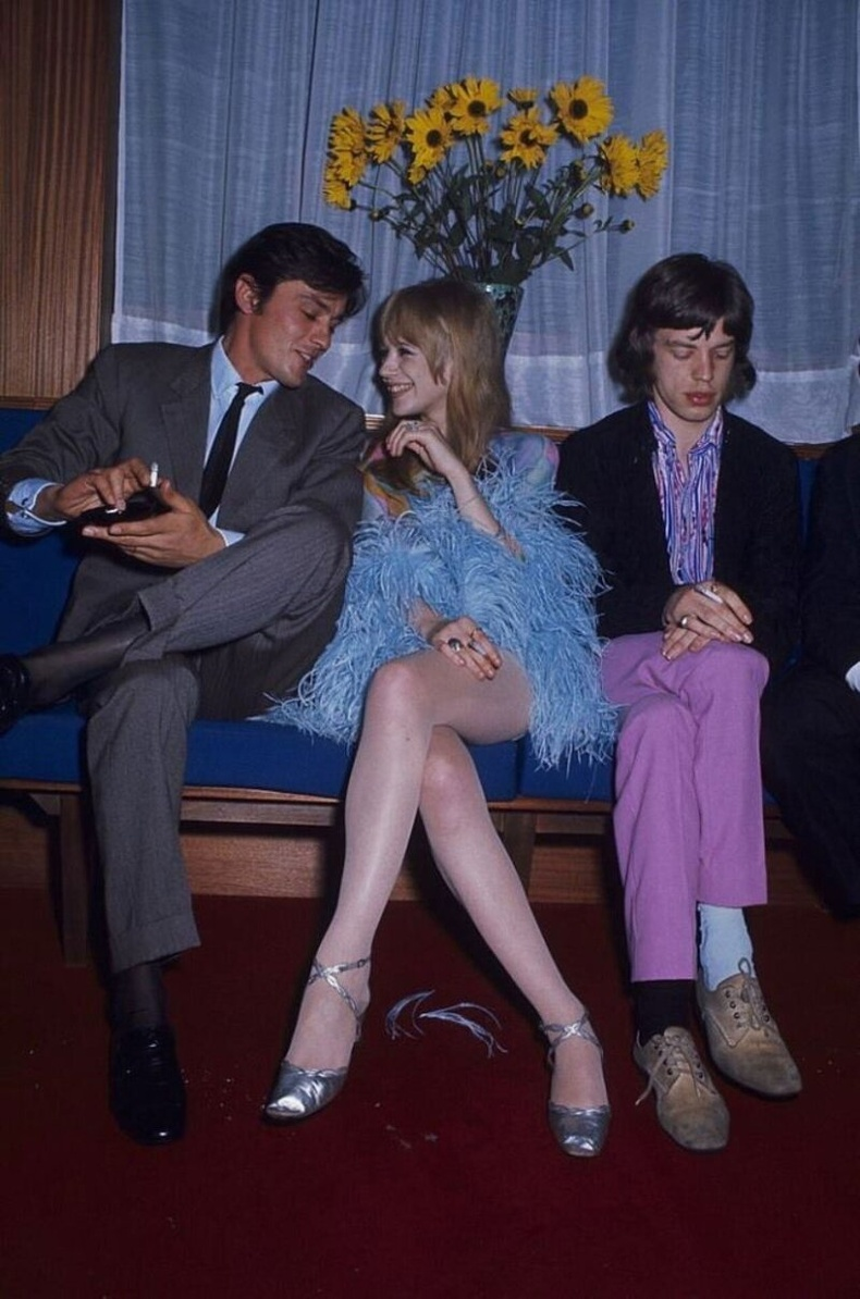 Жүжигчин Ален Делон дуучин Мик Жаггерын найз бүсгүй Марианна Фейтфуллтэй ярилцаж байна. Парис, 1967 он