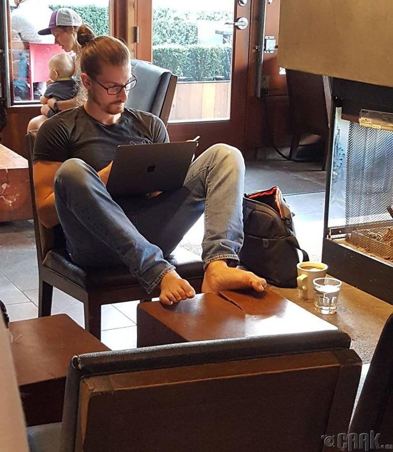 Кофе шоп дотор амарч буй нь
