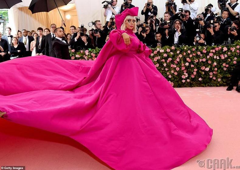 Дуучин Леди Гага (Lady Gaga) улаан хивсэн дээр тайчих үзүүлбэр үзүүлжээ