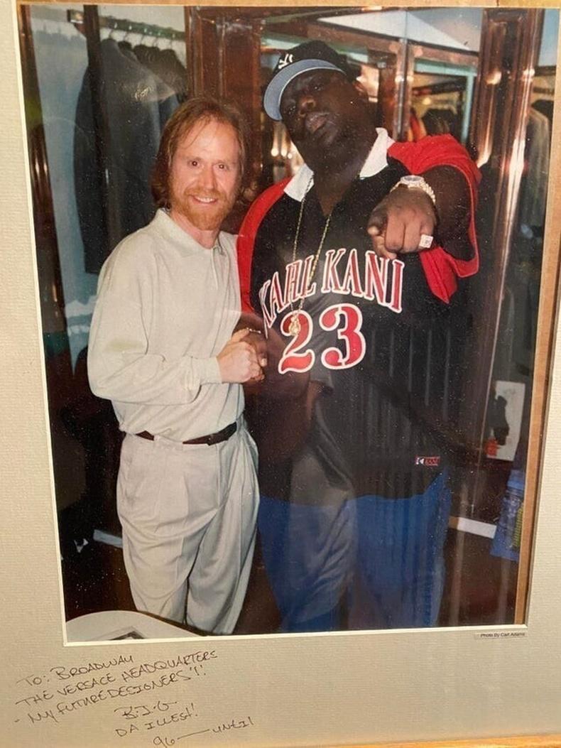 Notorious BIG Мичиган дахь хувцасны дэлгүүрийн эзний хамт, 1996 он