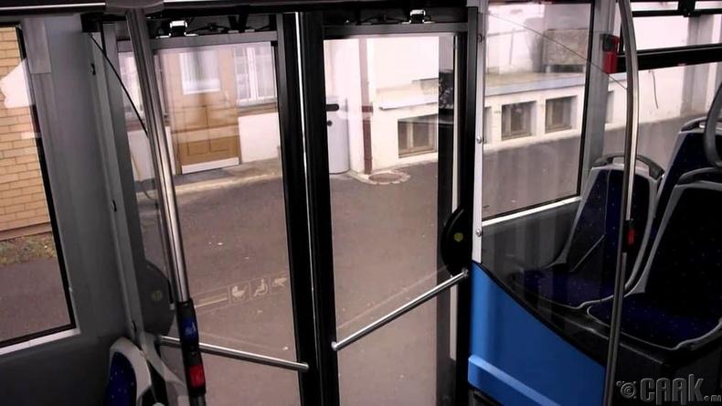Автобусны хаалганд тулж зогсох