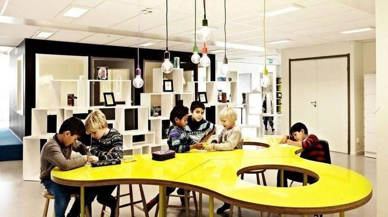 Шведийн энэ сургууль ангиудыг тусгаарлах ханагүй, суралцах орон зайгаар хуваагддаг байна.