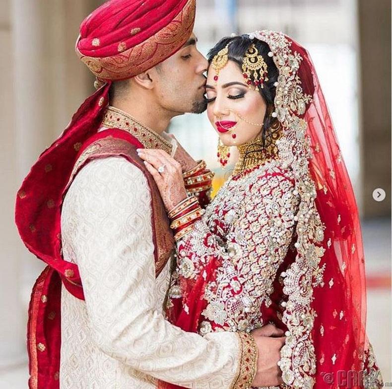 Энэтхэг бэрүүд уламжлалт сари өмсгөлөө өмсөж гаран дээрээ хенна хэмээх хээ шивүүлдэг