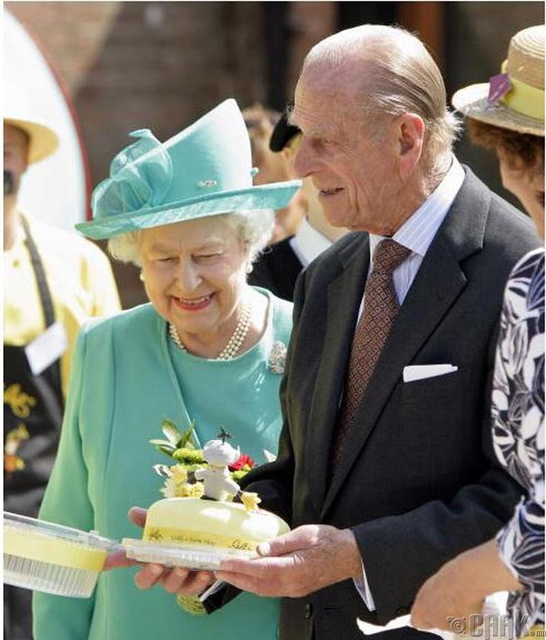 Үдээс хойш цай уунгаа бялуу юм уу хачиртай талх иддэг