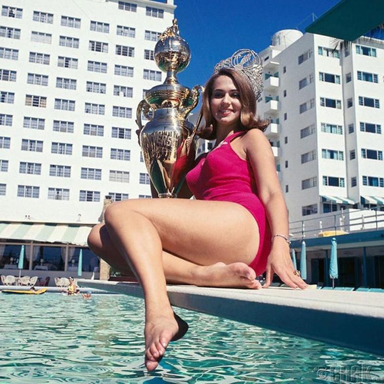 """""""Miss Universe-1967""""-ын ялагч: Америкийн гоо бүсгүй Силвиа Хичкок, 21 настай, 170 см өндөр."""