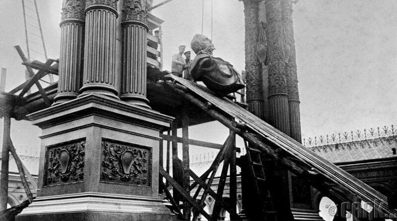 Кремль дэх 2-р Александрын хөшөөг буулгасан нь, 1918 он