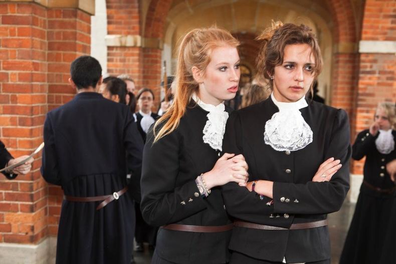 Мөн дүрэмт хувцас гоё байх нь маш чухал. Английн Баруун Суссексийн ахлах сургуулийнхан ийм дүрэмт хувцас өмсдөг.