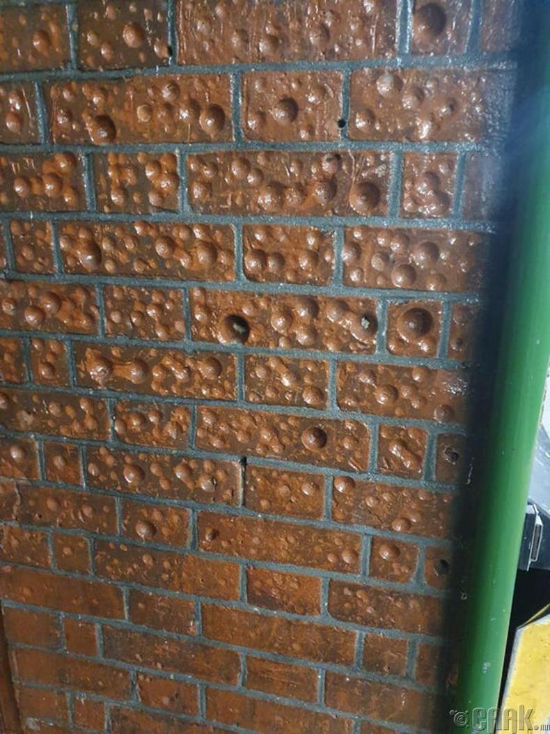 """""""Галт тэрэгний буудлын хана яагаад ийм болсон юм бол?"""""""