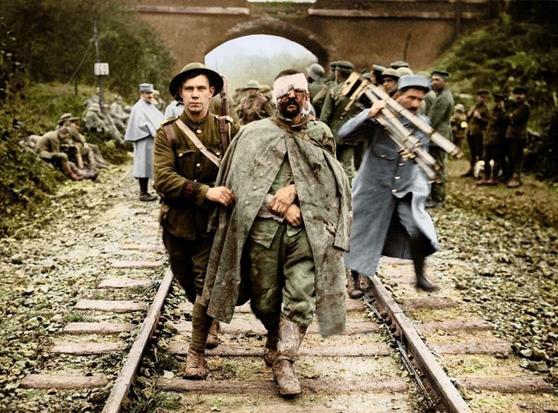 Британи цэрэг Германы шархадсан олзны цэрэгт тусалж буй нь, 1916 он