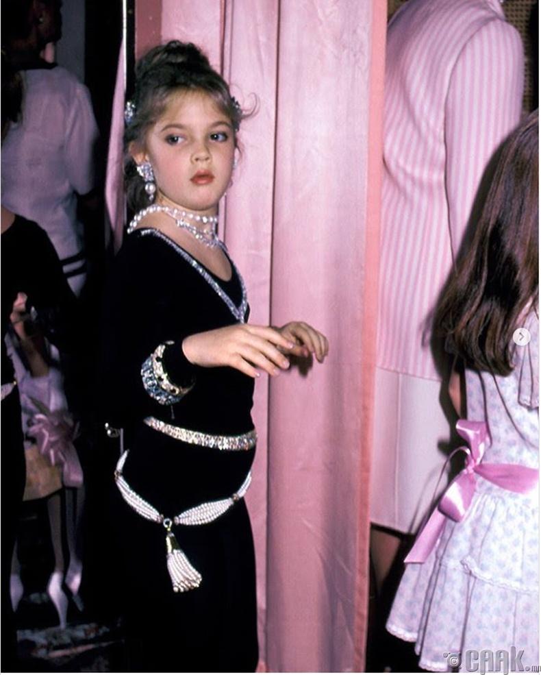 """Жүжигчин Дрю Бэрримор (Drew Barrymore) """"Ээж, охид"""" загварын шоуны үеэр - 1983 он"""