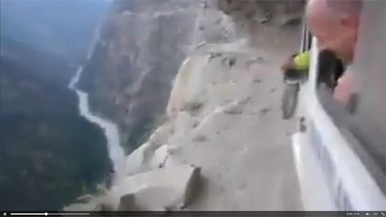 Дэлхийн хамгийн аюултай замаар явж буй машин