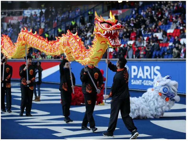 Франц: Бүжигчид 2018 оны 2-р сарын 17-нд Парисын Парк де Принс цэнгэлдэх хүрээлэнд болох хөлбөмбөгийн тоглолтын өмнө сар шинийн баяраа тэмдэглэж байна