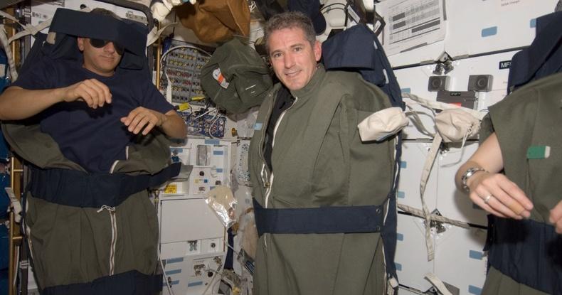 Татах хүчгүй үед сансрын нисэгчид хэрхэн унтдаг вэ?