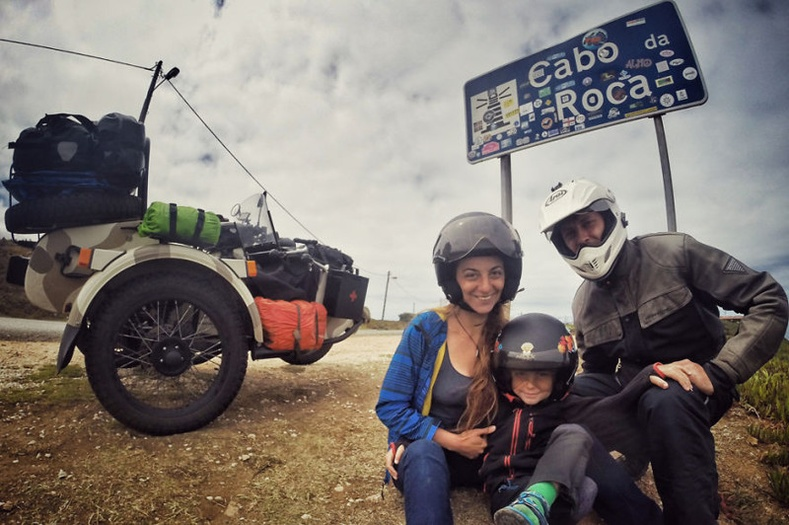 Мотоциклоор 28 мянган километр аялсан гэр бүл