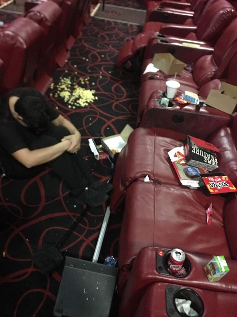"""""""Кинотеатрын ажилтнууд үзэгчдийн үлдээсэн хог хаягдлыг нэг бүрчлэн цэвэрлэдэг."""""""