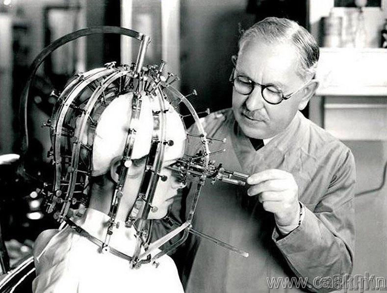 Нүүрний будгийн түрхэлтийг хянахад тусладаг төхөөрөмж, Макс Факторын бүтээл, 1930-аад он.