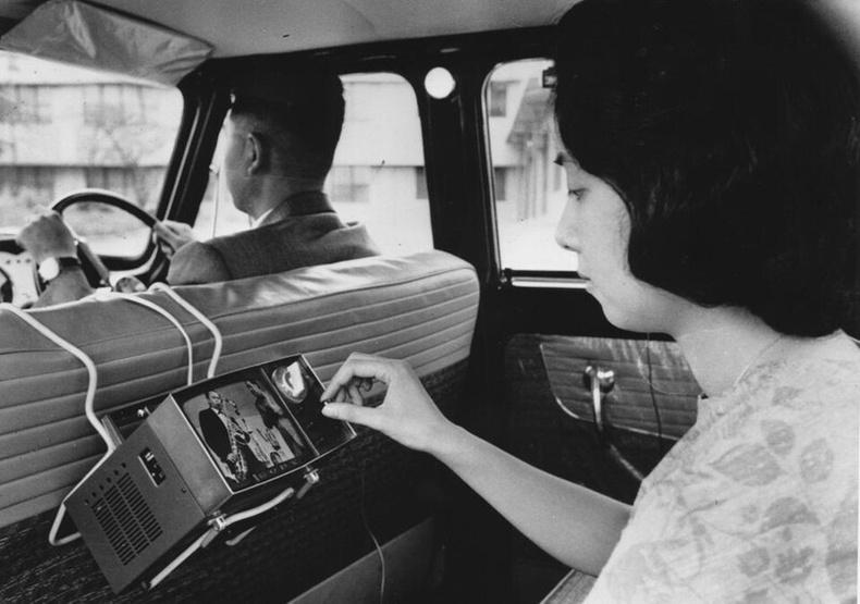Такси дотор SONY-ийн зөөврийн телевиз үзэж буй бүсгүй - Токио, 1963