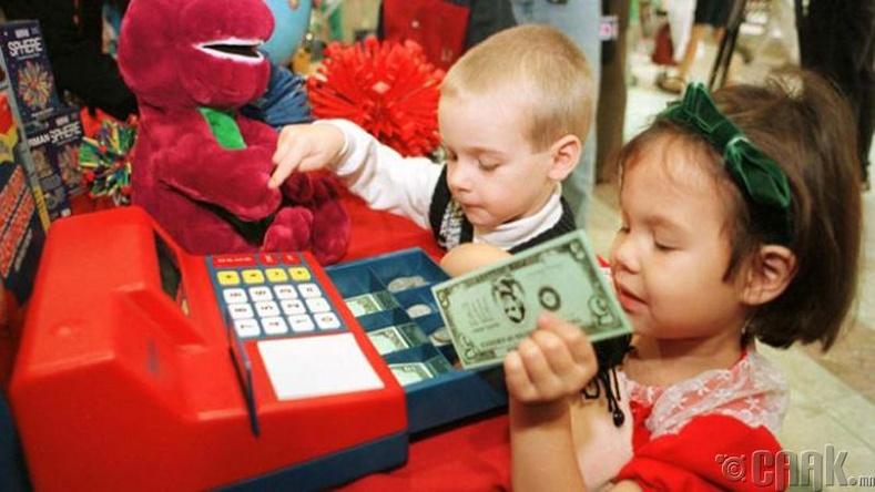 Хүүхдэдээ мөнгөний тухай хэт их зүйл ярьж сургадаг болсон бол