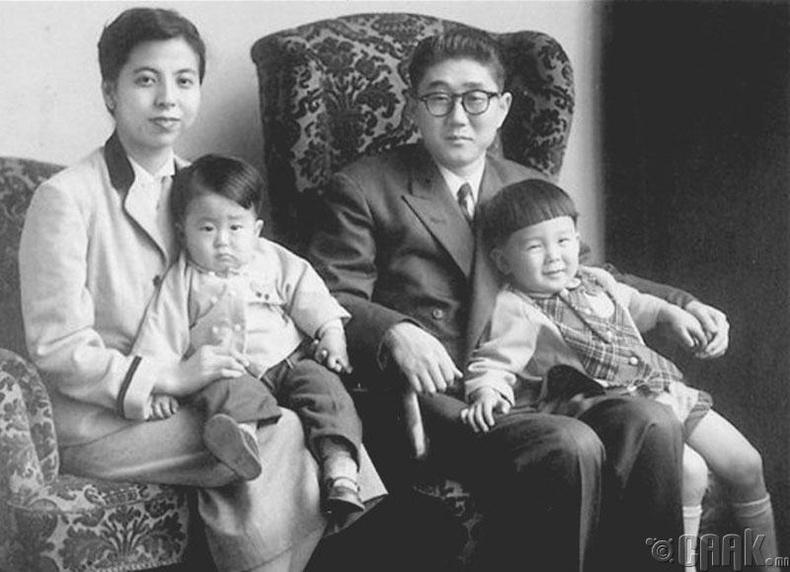 Японы Ерөнхий сайд Шинзо Абэ (зүүн талд ээжийнхээ хамт)